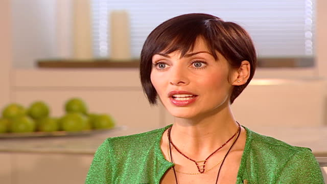 vidéos et rushes de natalie imbruglia releases new album; natalie imbruglia interview sot - talks about celebrating 10 years in pop / jokes about having plastic surgery... - être célèbre