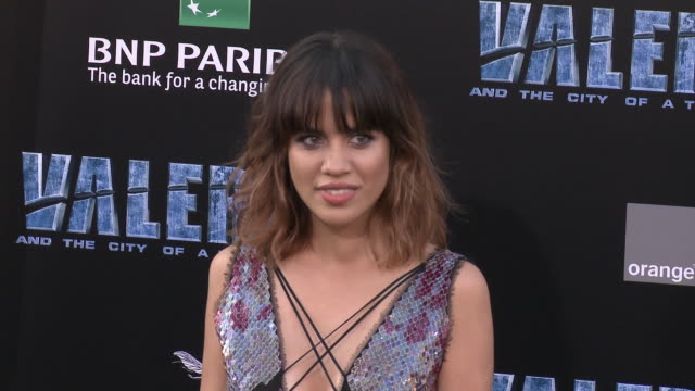 natalie morales at the 'valerian and the city of a thousand planets' world premiere at tcl chinese theatre on july 17, 2017 in hollywood, california. - tcl chinese theatre stock-videos und b-roll-filmmaterial