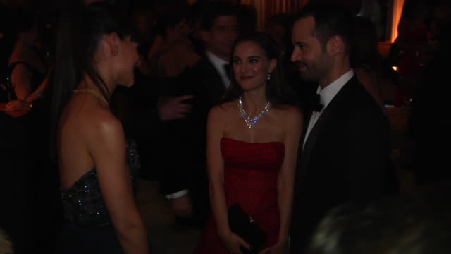 vídeos de stock, filmes e b-roll de natalie portman and katie holmes at the 2012 vanity fair oscar party hosted by graydon carter inside party at west hollywood ca - vanity fair oscar party