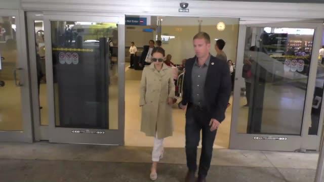 vídeos y material grabado en eventos de stock de natalie portman arriving at lax airport celebrity sightings on september 19 2016 in los angeles california - natalie portman