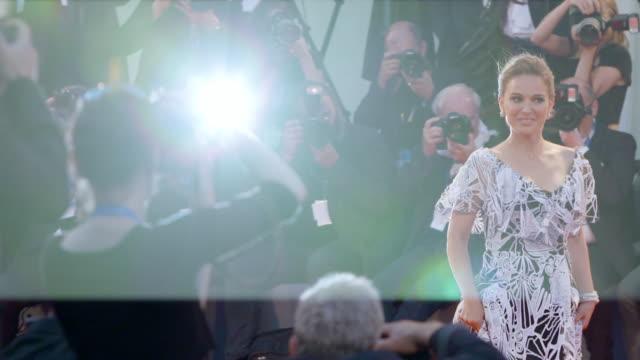 vídeos y material grabado en eventos de stock de slomo natalie portman at 'jackie' red carpet 73rd venice film festival at palazzo del cinema on september 07 2016 in venice italy - natalie portman