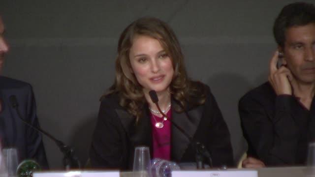 vídeos y material grabado en eventos de stock de natalie portman at the cannes jury press conference at palais in cannes on may 14 2008 - natalie portman