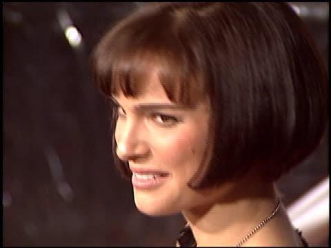 vídeos y material grabado en eventos de stock de natalie portman at the 'cold mountain' premiere on december 7 2003 - natalie portman