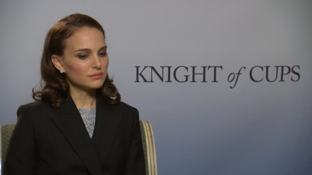 vídeos de stock e filmes b-roll de natalie portman on los angles, how the film captures the essence of it at 'knight of cups' interview - 65th berlin film festival at regent hotel on... - vestido preto