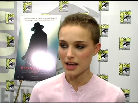 vídeos y material grabado en eventos de stock de natalie portman on the graphic novel 'v for vendetta' is based on how working on the film has made her think more about violence and what inspires... - natalie portman