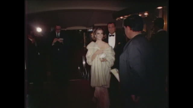 stockvideo's en b-roll-footage met natalie wood arrives at golden globe awards - golden globe awards