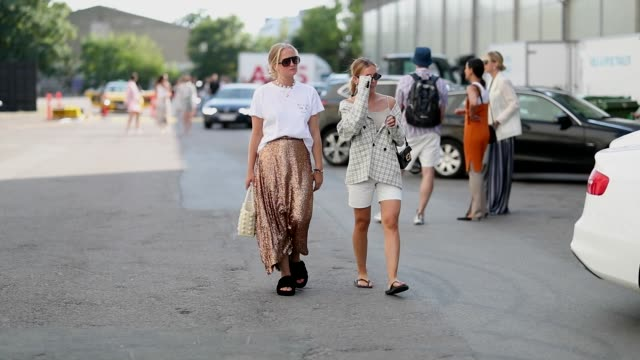 vídeos y material grabado en eventos de stock de nathalie helgerud wearing maxi skirt, white tshirt is seen outside ganni during the copenhagen fashion week spring/summer 2019 on august 9, 2018 in... - camiseta