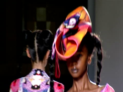 london fashion week s/s 2010 / anamorphic at the nathan jenden: london fashion week s/s 2010 at london england. - anamorph bildtechnik stock-videos und b-roll-filmmaterial