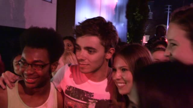 nathan sykes greets fans at the mondrian in west hollywood, 09/01/12 - モンドリアンホテル点の映像素材/bロール