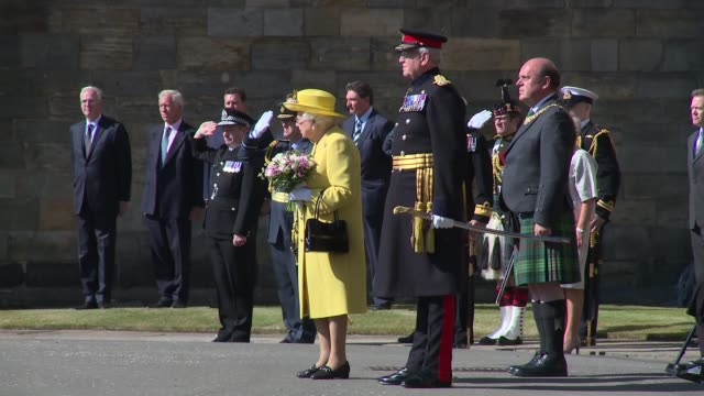 vidéos et rushes de national anthem at the palace of holyroodhouse on july 02 2018 in edinburgh scotland - monarchie anglaise