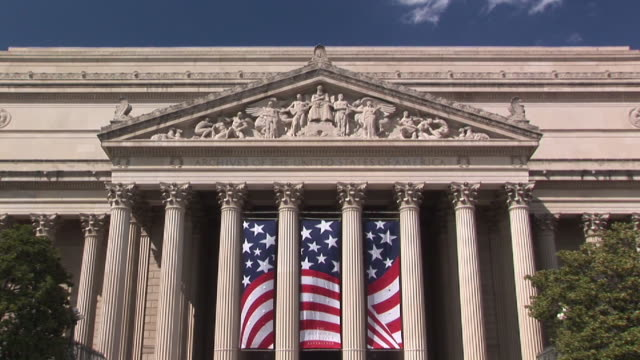 stockvideo's en b-roll-footage met ms, pan, la, national archives building, washington dc, washington, usa - national archives washington dc