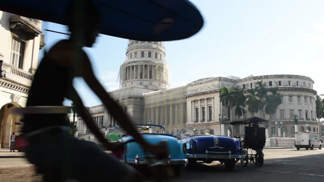 national capital building in cuba shrouded in construction - ペディキャブ点の映像素材/bロール