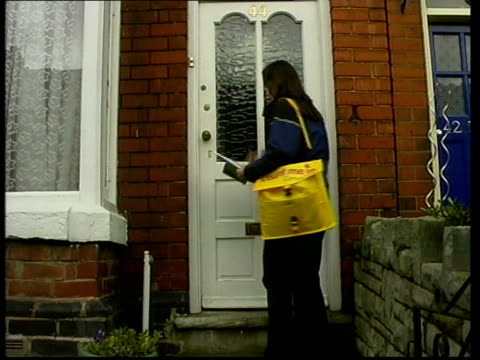 national census to begin soon; itn england: london ext lms pair of census workers towards along street bv census official knocking on front door of... - 国勢調査点の映像素材/bロール