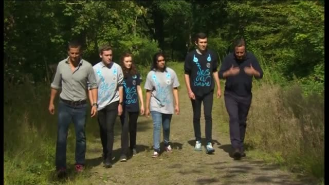 david cameron and bear grylls visit snowdonia wales snowdonia ext david cameron mp and bear grylls along with young people / cameron and grylls... - snowdonia video stock e b–roll