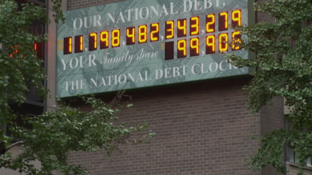 vídeos y material grabado en eventos de stock de ms tu national debt clock - running total dot-matrix display showing current united states gross national debt, sixth avenue, manhattan / new york city, new york, usa - debt