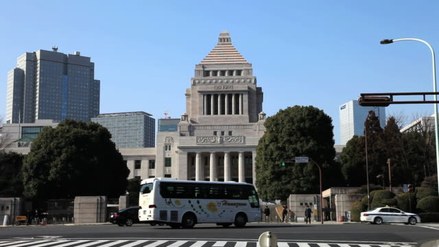 stockvideo's en b-roll-footage met ms national diet building of japan and  traffic moving on street /  chiyoda-ku, tokyo, japan - parliament building