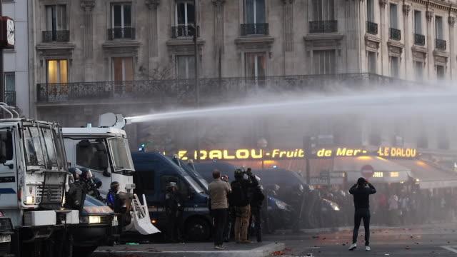 national firefighters demonstration in paris on october 15, 2019. to denounce the lack of staff and the recognition of their profession. the unions... - 放水砲点の映像素材/bロール