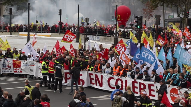 vídeos de stock, filmes e b-roll de national firefighters demonstration in paris on october 15 2019 to denounce the lack of staff and the recognition of their profession the unions... - bastille