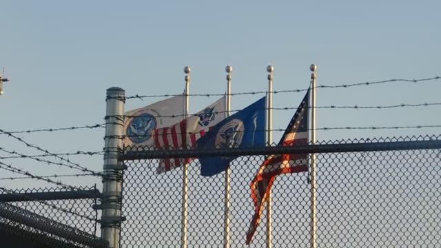 vídeos de stock e filmes b-roll de national flags in san ysidro port of entry (border checkpoint) / tijuana, mexico - vedação