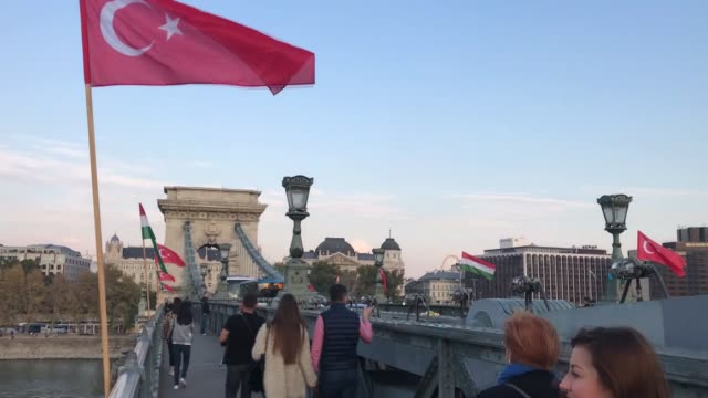 vídeos y material grabado en eventos de stock de national flags of turkey and hungary fly at szechenyi chain bridge in budapest on october 07 2018 ahead of turkish president recep tayyip erdogan's... - puente de cadenas puente colgante