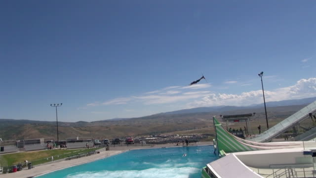 vídeos de stock, filmes e b-roll de us national freestyle ski and snowboard team flies high off of the man made jumps at spence eccles olympic freestyle pool at utah olympic park the... - sacarrolha
