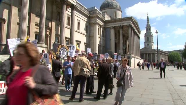 vídeos y material grabado en eventos de stock de national gallery staff begin 10 day strike in disagreement over privatisation england london trafalgar square ext protesters with placards outside... - placard