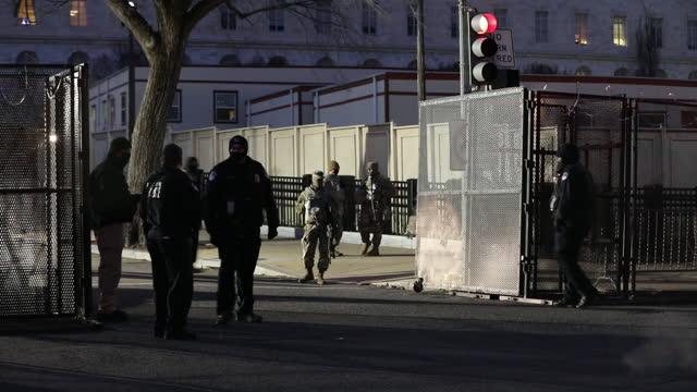 vídeos de stock, filmes e b-roll de national guard and police force arrive to preprare u.s. capitol for joe biden's inauguration in washington, d.c., u.s., on monday, january 18, 2021. - cerca