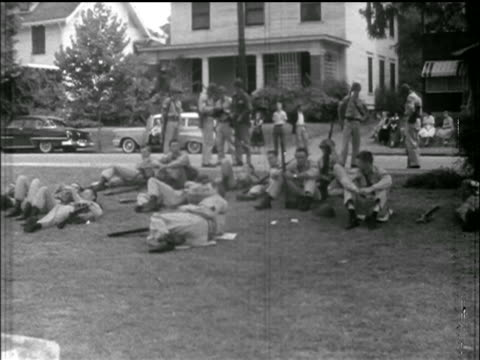 national guard troops relax on lawn of central high school / little rock, arkansas / news. - 1957 stock-videos und b-roll-filmmaterial