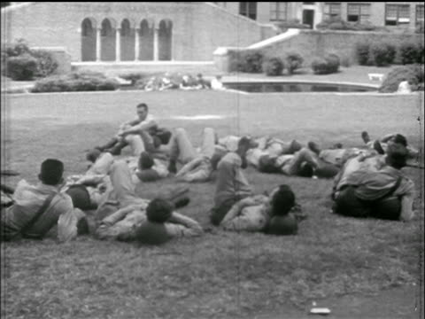 national guard troops relax on lawn of central high schooll / little rock, arkansas / news. - 1957 stock-videos und b-roll-filmmaterial