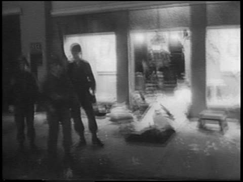 vidéos et rushes de national guards troops in front of looted store after race riots at night / detroit / news - 1967