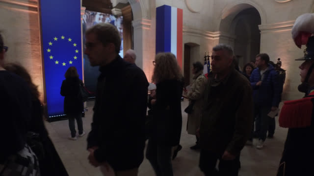 stockvideo's en b-roll-footage met national homage to the invalides in the evening jacques chirac who passed away on thursday at the age of 86 was one of the longest serving presidents... - opgebaard liggen