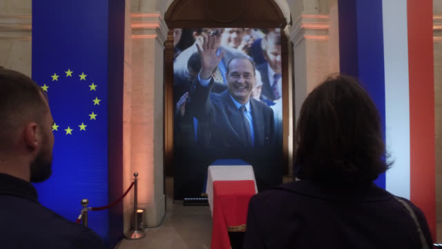 national homage to the invalides in the evening. jacques chirac, who passed away on thursday at the age of 86, was one of the longest serving... - 正装安置点の映像素材/bロール