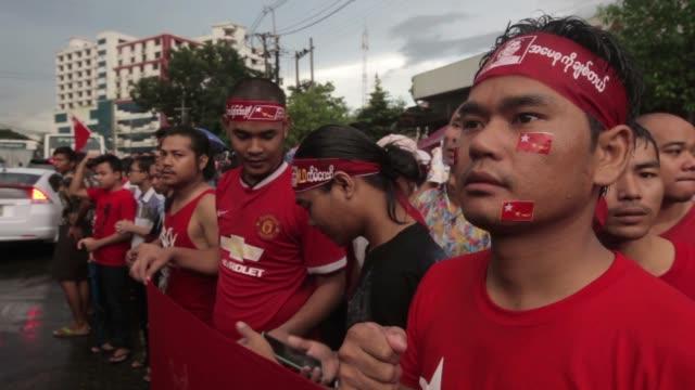 vidéos et rushes de national league for democracy nld party supporters celebrate election results outside the party headquarters in yangon, myanmar, on monday, nov 9,... - asiatique de l'est et du sud est