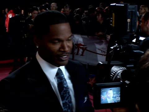 national movie awards red carpet and backstage interviews; general views of jamie foxx being interviewed sot - on his new movie 'the kingdom' / on... - ジョーライト点の映像素材/bロール