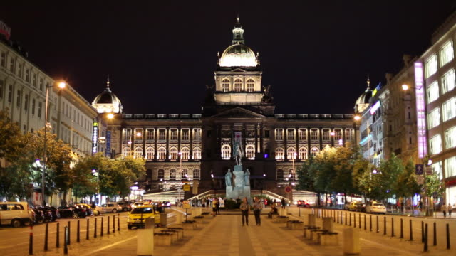 vidéos et rushes de ws national museum illuminated at night / prague, czech republic - culture tchèque