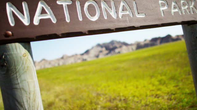 national park sign badlands south dakota buttes usa - south dakota stock-videos und b-roll-filmmaterial