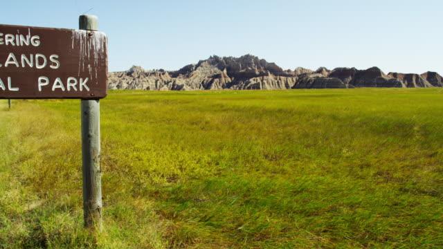 vídeos de stock e filmes b-roll de national park sign badlands south dakota landscape usa - terreno erodido