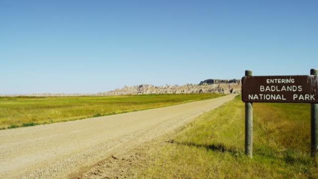 national park sign badlands south dakota landscape usa - south dakota stock-videos und b-roll-filmmaterial