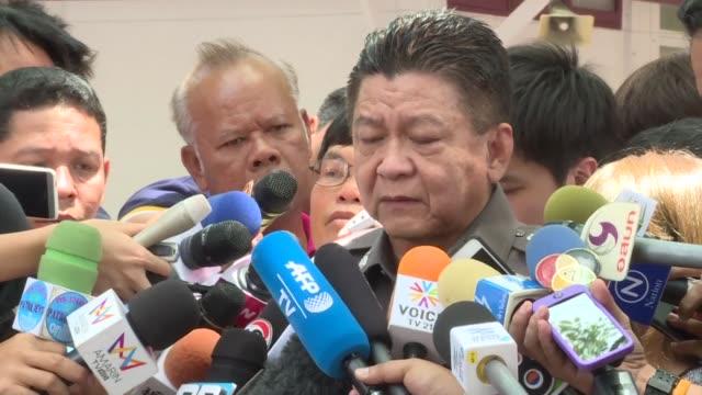 vídeos y material grabado en eventos de stock de national police spokesman prawut thavornsiri says officers believe the bangkok bomb suspect is part of a people smuggling gang who help illegal... - venganza