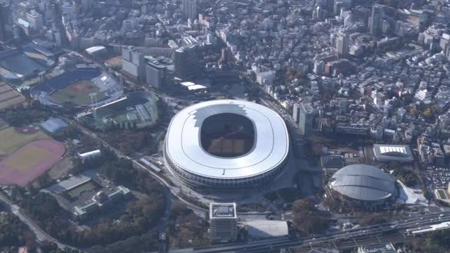 vídeos de stock e filmes b-roll de aerial, national stadium, tokyo, japan - campo desportivo