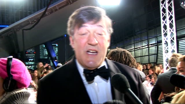 vídeos de stock, filmes e b-roll de celebrity red carpet arrivals and interviews stephen fry interview sot nta's are great tv people are in your living room and that's what these awards... - stephen fry