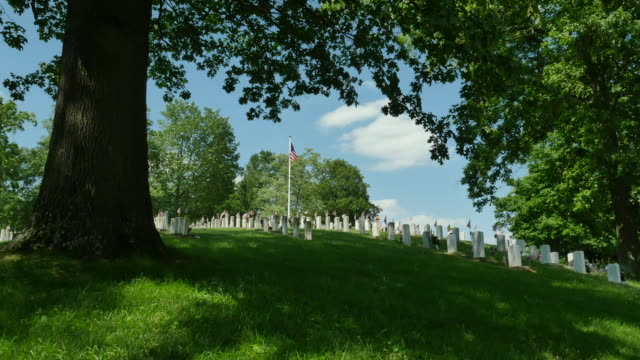 Veteraner kyrkogård Under Eken gräsbevuxna kullen 4k
