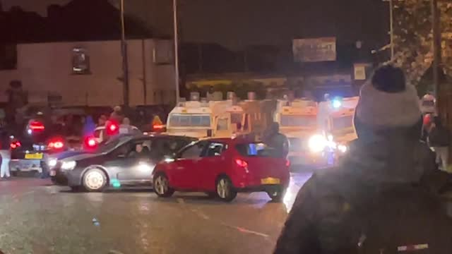 vidéos et rushes de nationalist youths try to set fire to a hijacked car on the springfield road in belfast. the rioters confronted police at the other end of the road... - belfast