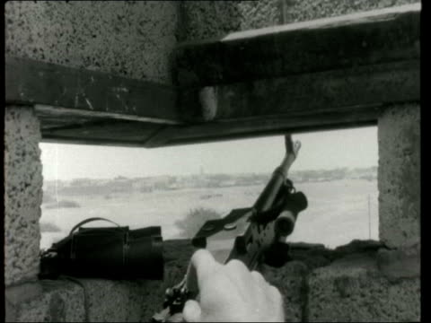 nationalistic arab national liberation front british and nlf soldiers ***also aden dar saad bv british soldier with gun in lookout nlf on roof tilt... - aden bildbanksvideor och videomaterial från bakom kulisserna