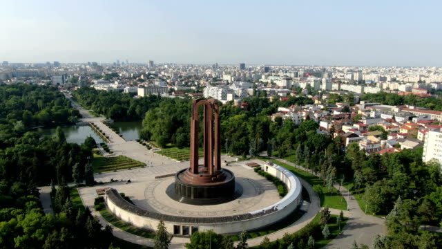vídeos de stock e filmes b-roll de nation's heroes memorial, carol park, bucharest / aerial view - roménia