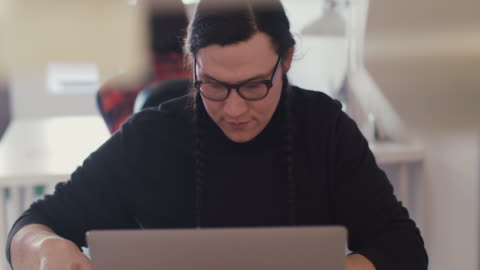 vídeos de stock, filmes e b-roll de native american business man working on laptop - tribo norte americana