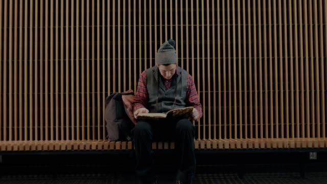 vídeos de stock, filmes e b-roll de native american college student sitting on bench, reading - aluno mais velho