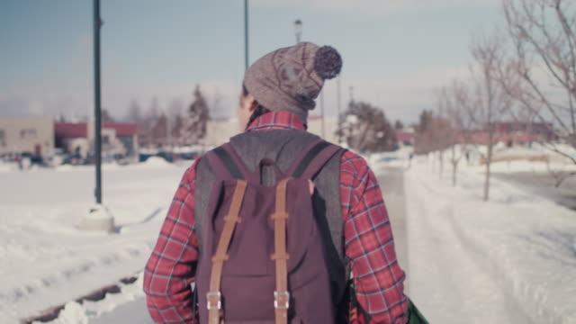 vídeos de stock e filmes b-roll de native american college student walking on campus - estilo de cabelo