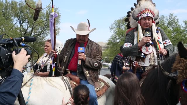 stockvideo's en b-roll-footage met ms native american horseback riders are interviewed by different news media during their protest members of the cowboy and indian alliance including... - recreatief paardrijden