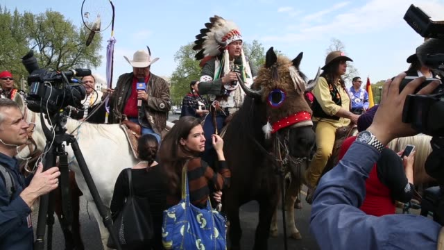 stockvideo's en b-roll-footage met ls native american horseback riders are interviewed by different news media during their protest members of the cowboy and indian alliance including... - recreatief paardrijden